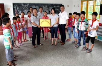 南平洋洧小学高校长(图左)接受惠好四海罗总向学校赠送爱心活动室
